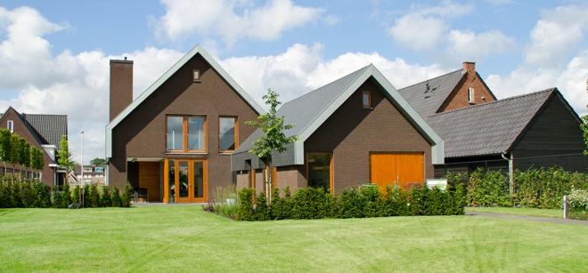 Moderne woning larikshouten kozijnen leien dak zinken for Moderne vrijstaande woning