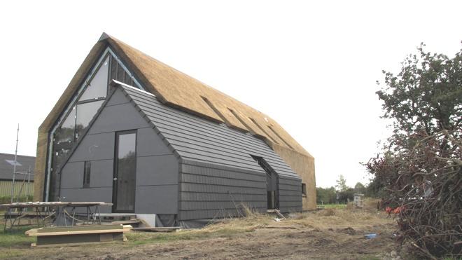 Ruwbouw=Afbouw woning met rieten kap en rieten gevel in het ...
