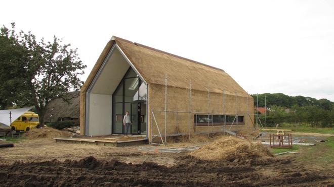 Ruwbouw afbouw woning met rieten kap en rieten gevel in het buitengebied van heerde dingemans - Architectuur en constructie ...