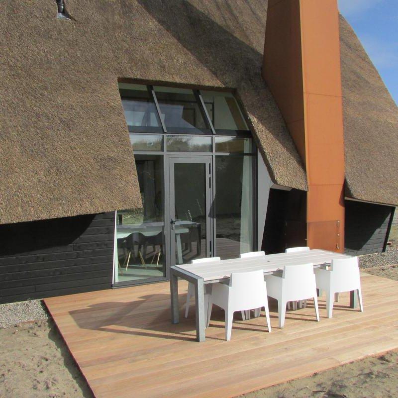Vakantiewoning houten terras in de zon